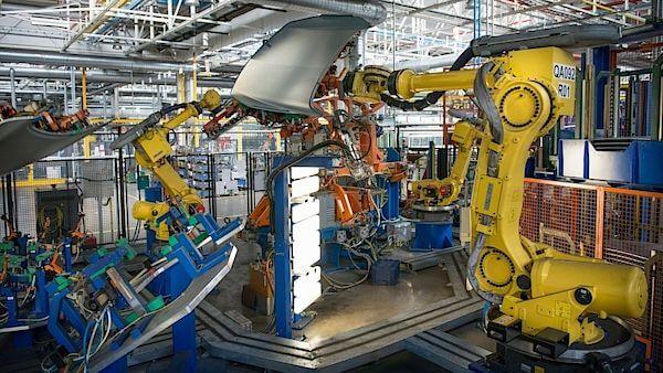 """Zapojení umělé inteligence a robotů do hospodářství je skutečností a společnost na to bude muset reagovat. Před pár dny to prohlásil zakladatel společnosti Microsoft Bill Gates a nadnesl ideu """"daně za roboty"""". Šéf největší odborové ústředny ČMKOS Josef Středula s Gatesem souhlasí."""